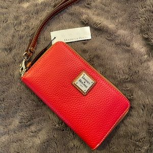 🌟NWT🌟 Dooney & Bourke Zip Around Phone Wristlet